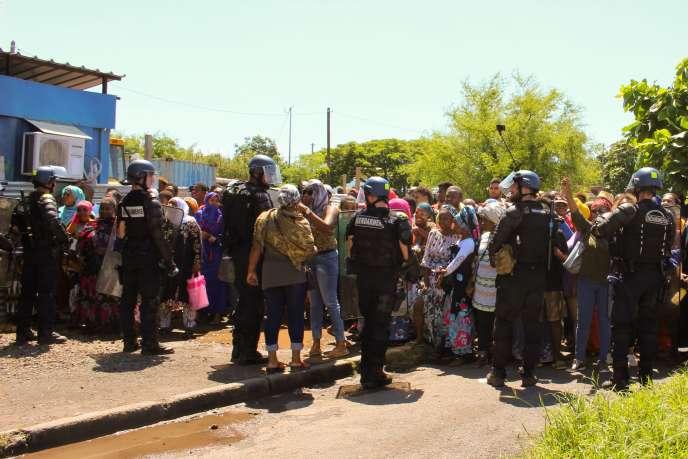 Manifestation à Mayotte lors de l'arrivée de la ministre des outre-mer, Annick Girardin,le 12 mars.