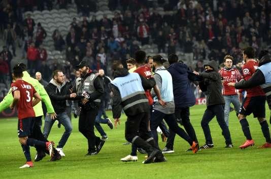 Des supporteurs lillois envahissent la pelouse du stade Pierre-Mauroy à l'issue du match contre Montpellier, le 10 mars.