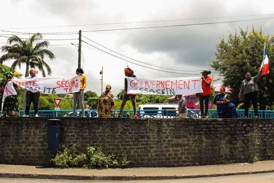 Des manifestants mahorais, lundi 12 mars, à l'arrivée d'Annick Girardin, la ministre des outre-mer.