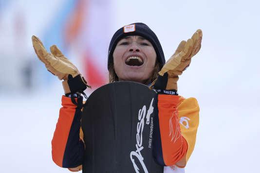 Bibian Mentel-Spee célèbre sa médaille d'or en snowboard cross, lundi 12 mars aux Jeux paralympiques de Pyeongchang.