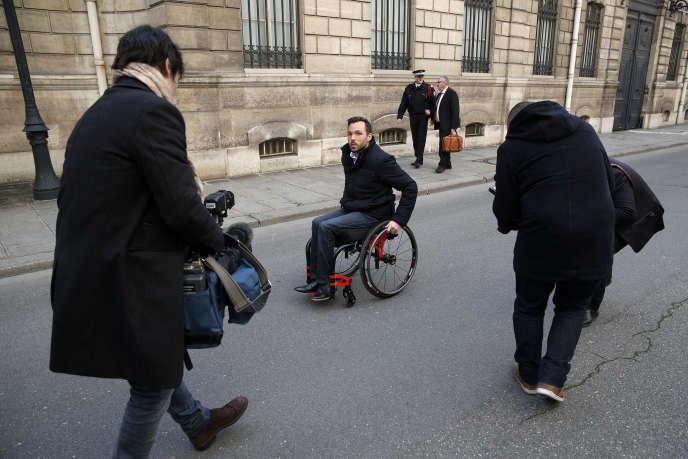 L'entrepreneur français Edouard Detrez arrive à l'Elysée pour une réunion avec le président Emmanuel Macron, à Paris, le 26 janvier. Edouard Detrez a fondé «Le fauteuil roulant Francais», une entreprise de création et de production de fauteuils roulants. Il a quitté le Gers dans le sud de la France, le 4 janvier, pour parcourir environ 700 km à travers le pays dans son fauteuil roulant afin d'amasser des fonds pour son entreprise et de sensibiliser les personnes handicapées.
