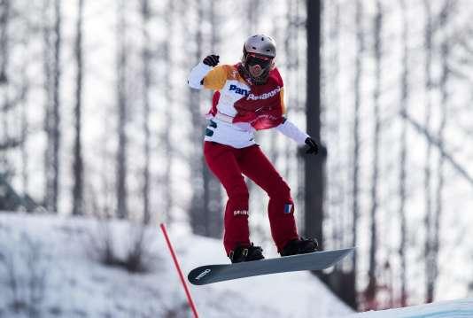 Cécile Hernandez a décroché la médaille de bronze en snowboard cross, lundi 12 mars.