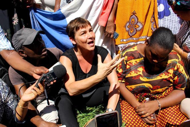 Annick Girardin rencontre des manifestants à Mayotte, le 12 mars.