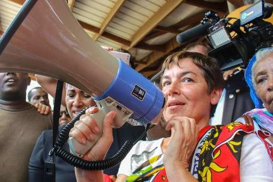 La ministre des outre-mer Annick Girardin s'adresse aux manifestants place de la République à Mamoudzou le 12 mars.