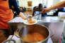 Des bénévoles préparent une soupe aux légumes pour les personnes dans le besoin à la soupe populaire «Kana» dans un quartier pauvre de la ville de Dortmund, dans l'ouest de l'Allemagne, le 7 avril 2017.