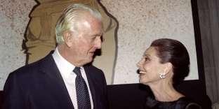 Le couturier français Hubert de Givenchy, avec son amie et égérie, l'actrice britannique Audrey Heburn, lors d'une réception à Paris en l'honneur de ses 40 ans dans la haute-couture, en 1991.