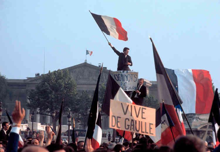 A la suite du discours du général de Gaulle, le 30 mai, des centaines de milliers de Parisiens lui manifestent leur soutien en défilant sur les Champs-Elysées.