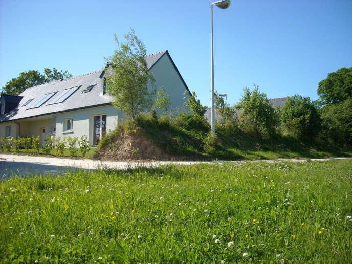 Terrain à bâtir situé dans une zone pavillonnaire proche du centre ville de Morlaix, dans le Finistère.