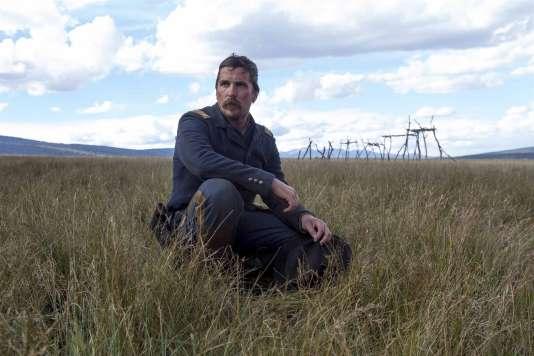 Christian Bale incarne le capitaine Joseph Blocker.