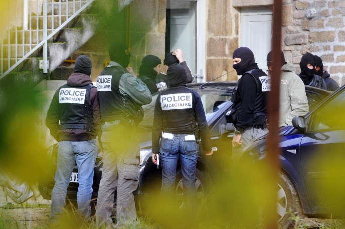 Des policiers, le 11 novembre 2008, à Tarnac (Corrèze) lors des interpellations.