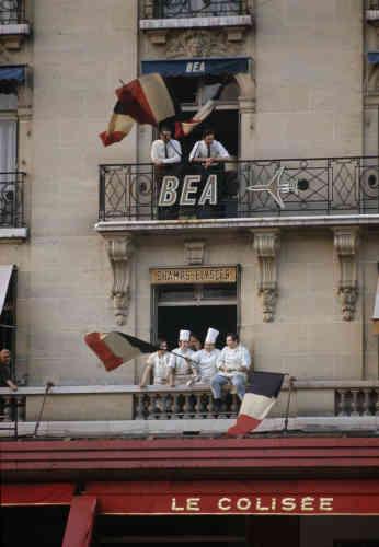 A la fenêtre du restaurant « Le Colisée» (Paris 8e), pendant la marche de soutien au général de Gaulle, le 30 mai 1968.