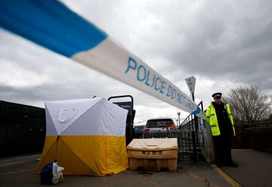 Un policier britannique à proximité d'un automate de paiement sur un parking, non loin de l'endroit oùSergueï Skripal et sa fille, Ioulia, ont été retrouvés.