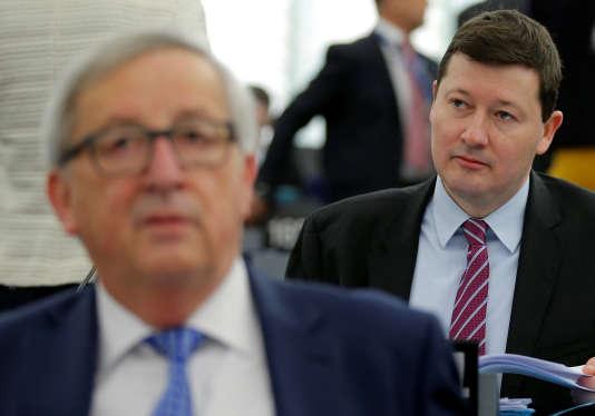 Martin Semayr au second plan, derrière Jean-Claude Juncker, le président de la Commission européenne, à Strasbourg, le 13 mars.