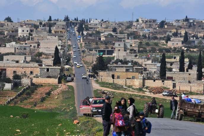 Des civils fuient la ville kurde d'Afrin, en Syrie, le 13 mars.