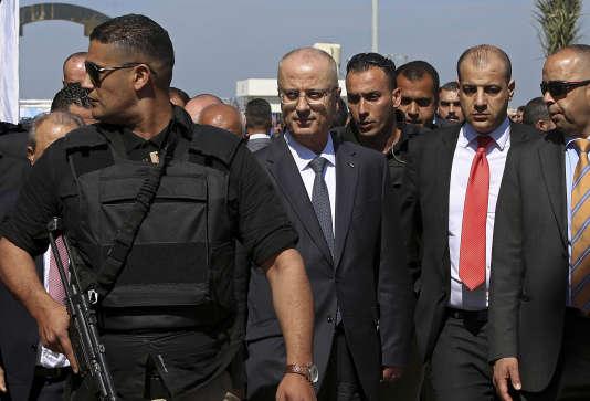 Le premier ministre palestinien, Rami Hamdallah (au centre), en visite sur un site situé au nord de la bande de Gaza, peu après la bombe artisanale qui a touché son convoi, le 13 mars.