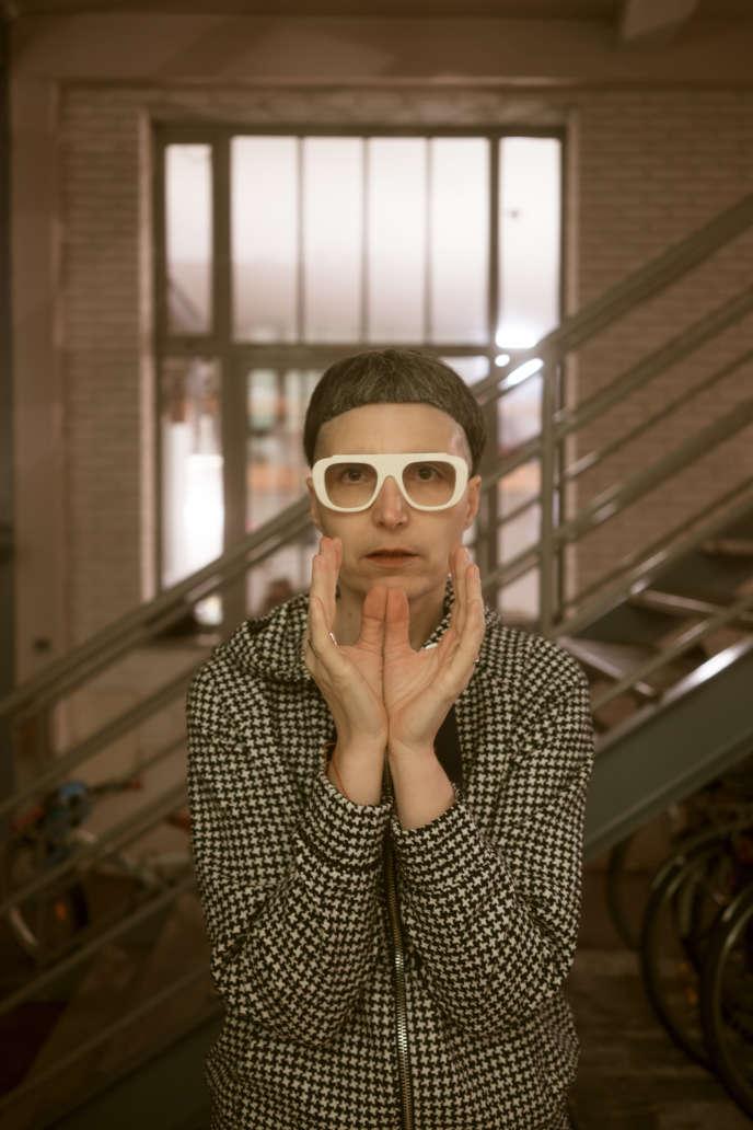Matali Crasset, avec les lunettes qu'elle a dessinées pour la marque belge Theo,en 2018.