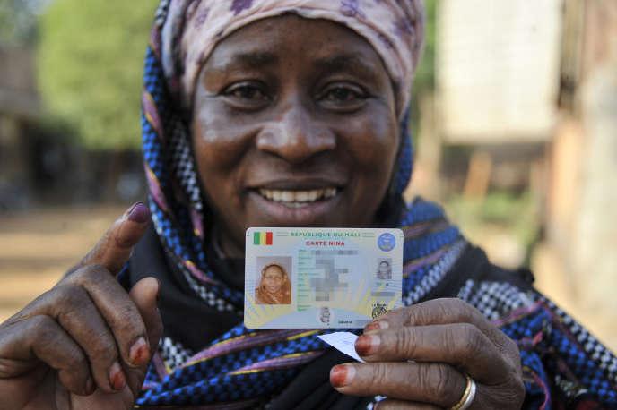 Une électrice malienne tient sa carte biométrique, à Bamako, lors desmunicipales du 20novembre 2016.