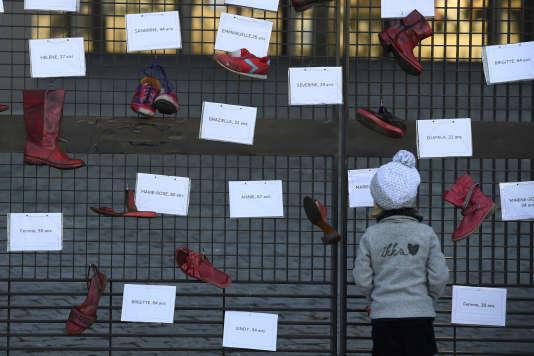 Violence domestique, harcèlement, viol... des chaussures rouges symbolisent les violences faites aux femmes, à Nantes, le 25 novembre.
