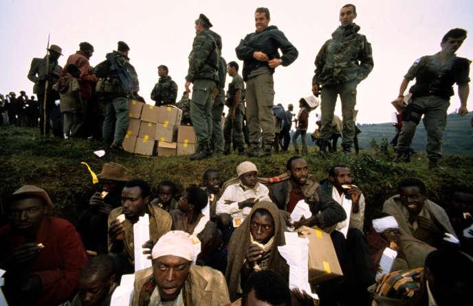 Des militaires français distribuant des denrées alimentaires à des réfugiés, au Rwanda, en 1994.