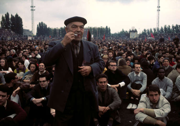 Rassemblement d'étudiants et d'ouvriers au stade Charléty, à Paris, le 27 mai 1968.
