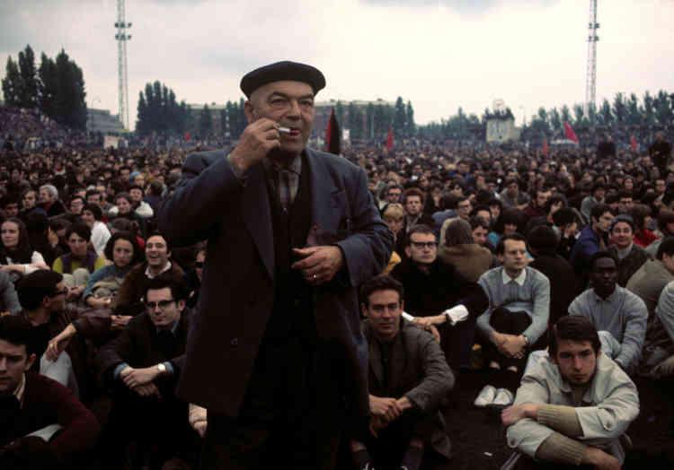 Assemblée de travailleurs et d'étudiants au stade Charletty (Paris 13e), le 27 mai 1968.
