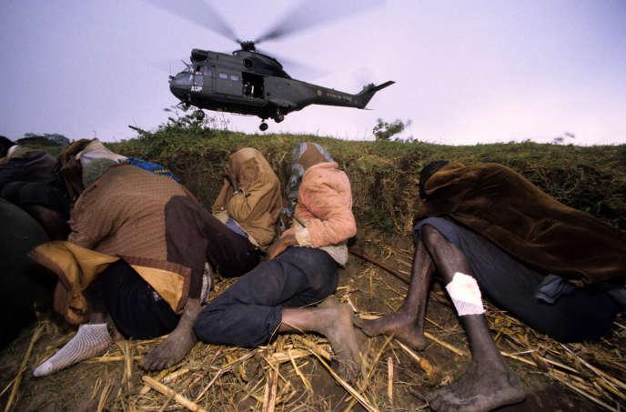 Un hélicoptère français pendant une opération d'évacuation, dans les collines de Bisesero, au Rwanda, en 1994.