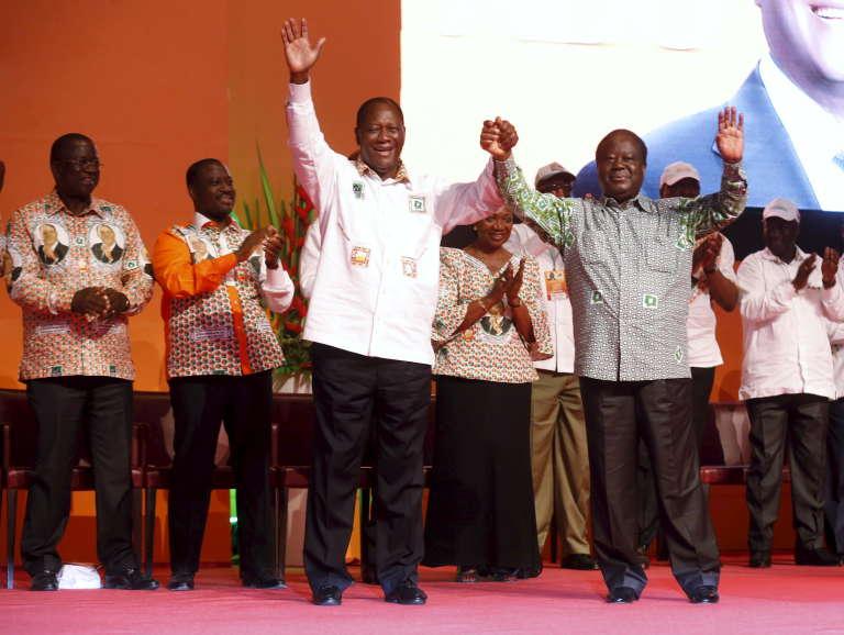 Le président ivoirien, Alassane Ouattara, alors en campagne pour sa réélection, avec Henri Konan Bédié lors d'un meeting à Abidjan, le 13septembre2015.