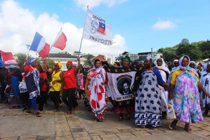 Manifestation lors de la venue de la ministre des outre-mer, Annick Girardin, à Mamoudzou sur l'île de Mayotte, le 13 mars.