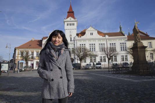 Van Sui Chin Siakhel, réfugiée birmane de 19 ans, marche dans les rues de Stará Boleslav, près de Prague. Le thème du concours HCR - « Le Monde» 2018 est : quand les villes et les réfugiés construisent et inventent ensemble.