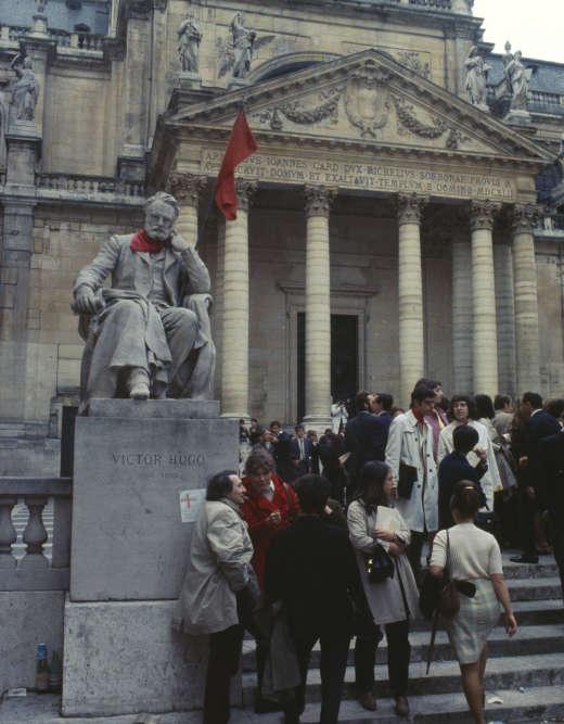 Dans la cour d'honneur de la Sorbonne, à Paris, en mai 1968.