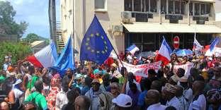 «Explosion migratoire exceptionnelle : les natifs des Comores, les îles voisines indépendantes, représentent 42 % de la population totale » (Photo: manifestation à Mamoudzou le 13 mars contre l'insécurité).