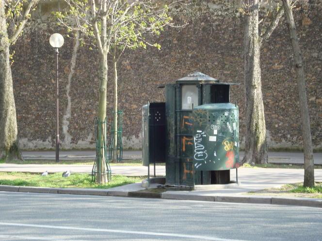 La dernière vespasienne de Paris, boulevard Arago.