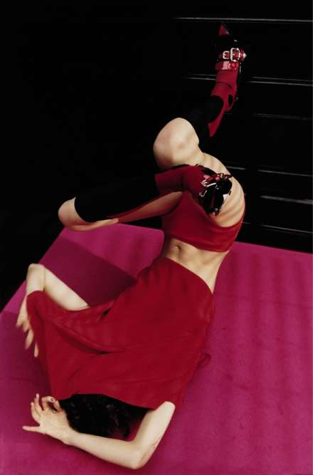 Robe en satin de soie, Salvatore Ferragamo. Culotte taille haute en coton, Sonia Rykiel.Chaussettes en matière technique ; et chaussures en cuir verni, Prada.