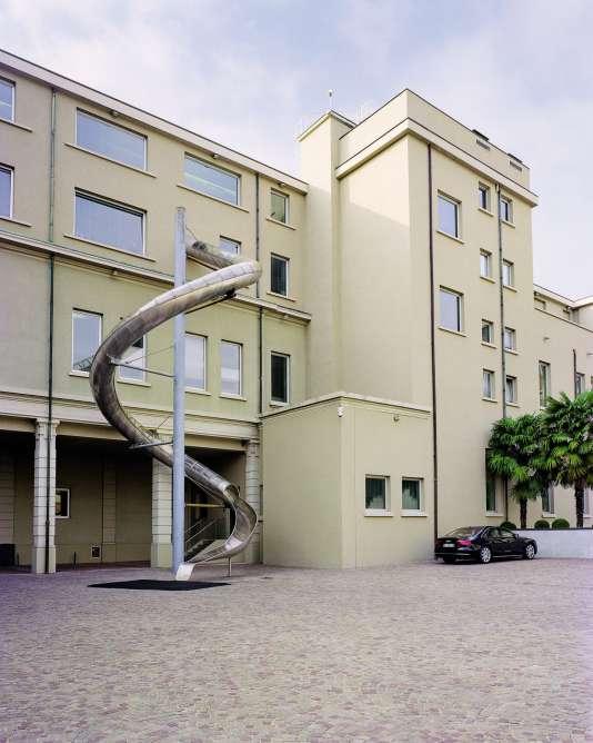 Seule étrangeté de la cour jouxtant le bâtimentPrada, à Milan, un toboggan. Imaginé par lâ??artiste Carsten Höller, The Slide No5 part du bureau de Miuccia Prada.