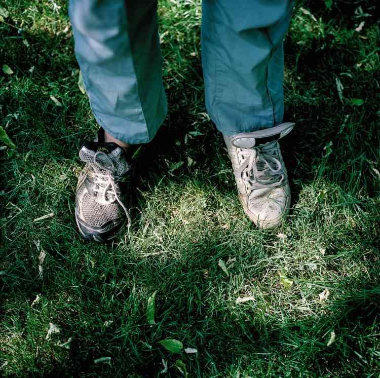Justin avec des chaussures dépareillées (2013). « S'en est-il rendu compte ou s'en moque-t-il ? »,se demande son frère.