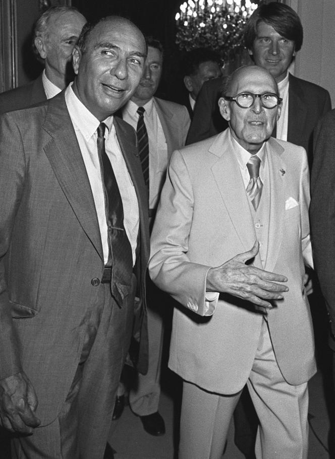 Serge Dassault et son père, Marcel Dassault (à droite), fondateur de la Société des avions Marcel Dassault, le 25 septembre 1985 à Paris, dans les locaux de son hebdomadaire, «Jours de France».