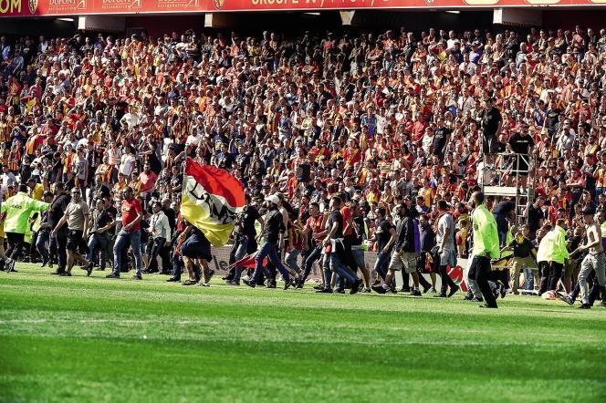 Les supporters lensois ont envahi la pelouse après le troisième but inscrit parBrest, au stade Bollaert-Delelis à Lens, le 19 août 2017.