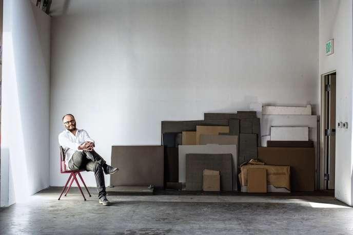 Thomas Demand vit à Los Angeles, où il construit ses maquettes (ici dans son atelier en 2015). Un catalogue raisonné de son travail paraît en mai chez MACK.