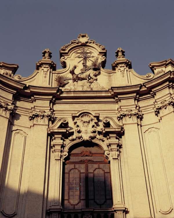 Le Palazzo Versace, via Gesù, siège de la marque, rassemble le studio, les  bureaux et les appartements privés tels que Gianni Versace les a laissés. 30d0e494f45