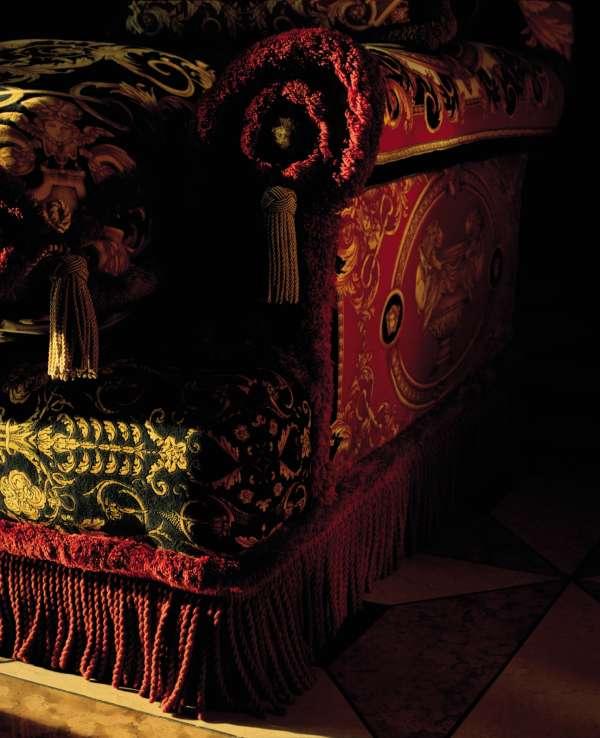 Un fauteuil de la ligne de décoration Versace Home. TOM ORDOYNO POUR M LE  MAGAZINE DU MONDE b1ee27c2229