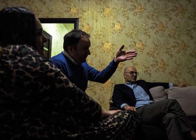 Lefrançais Olivier Védrine (au centre), le 15février 2018 dans son appartement de Kiev. Une fois par semaine, l'universitaire yréunit des figures emblématiques de l'opposition à Poutine.
