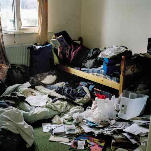 Dans sa chambre, à Mortlake (2011). « Mon frère a de plus en plus de mal avec le rangement. D'autant qu'il se dispute souvent avec les auxiliaires de vie qui viennent faire le ménage chez lui. »