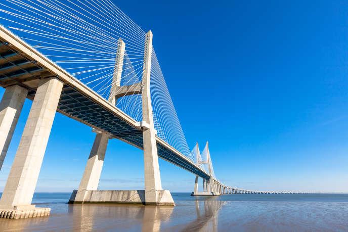 Certains ouvrages d'art comme le pont Vasco-de-Gama, à Lisbonne, nécessitent la résolution d'équations complexes.