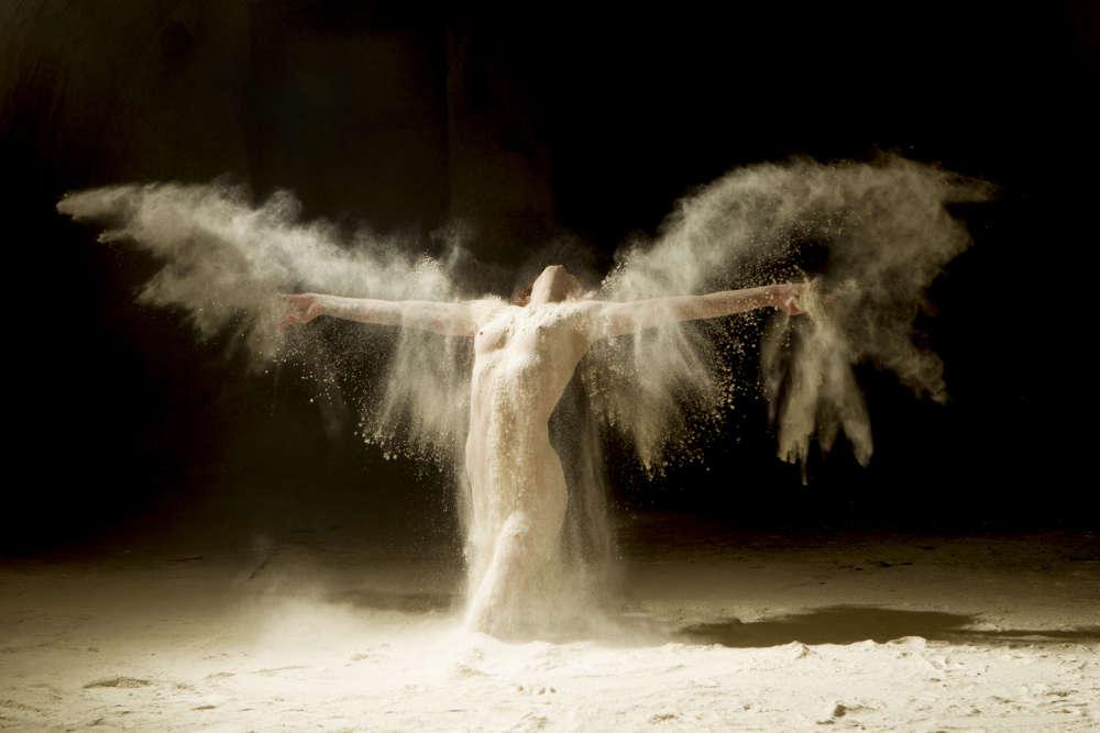 «Ici, on pourrait se croire dans une cérémonie chamanique : dans cette série, Ludovic Florent tend à embellir les corps dans des mises en scène savamment étudiées. »