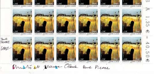Feuille du timbre d'après Christo et Jeanne-Claude, paru en 2009, dédicacée par les artistes et leur photographe, Wolfgang Volz.