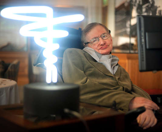 Stephen Hawking pose au côté de la« lampe trou noir» de l'inventeurMark Champkins, le 25 février 2012.