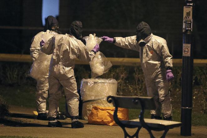 Des policiers sur les lieux de l'empoisonnement de Sergueï Skripal et sa fille Youlia, à Salisbury (Royaume-Uni) le 4mars.