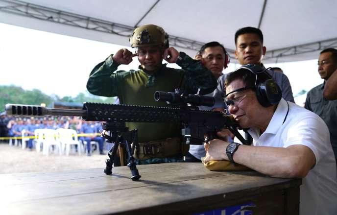 Rodrigo Duterte lors d'une cérémonie des forces d'assaut à Davao, le 1er mars.