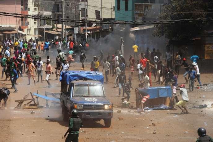 Des manifestants affrontent les forces de l'ordre à Conakry, en Guinée, le 13mars2018.