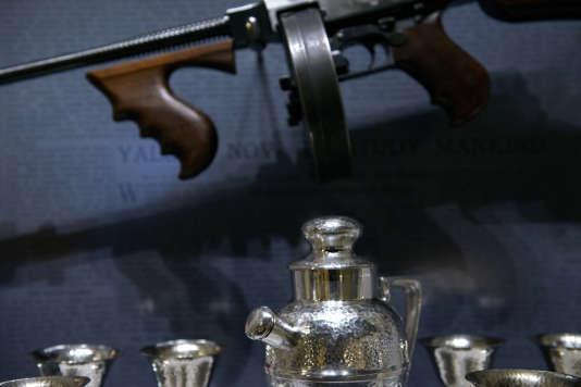 La mitraillette Thompson devient le symbole des « roaring twenties ».